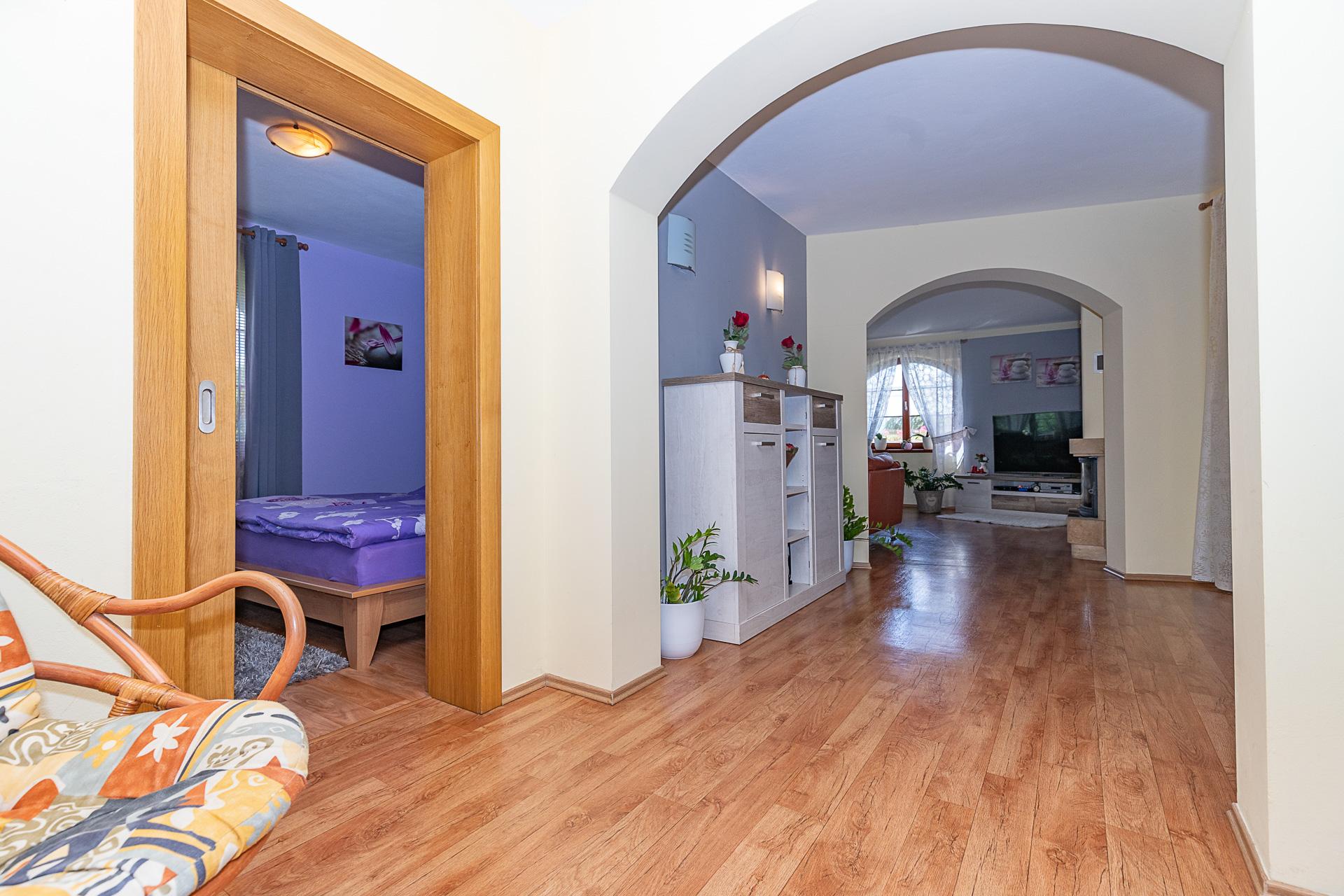 vstupní chodba do obývacího pokoje a ložnice