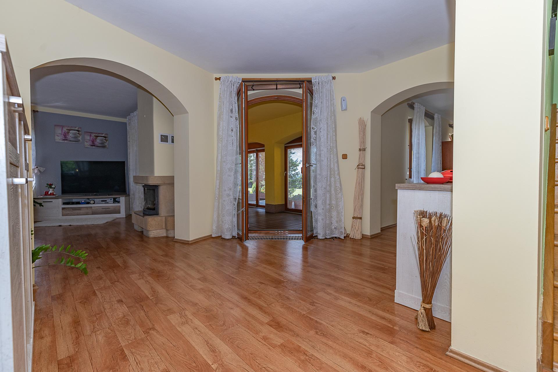 vstupní chodba do obývacího pokoje, zimní zahrady a kuchyňského koutu