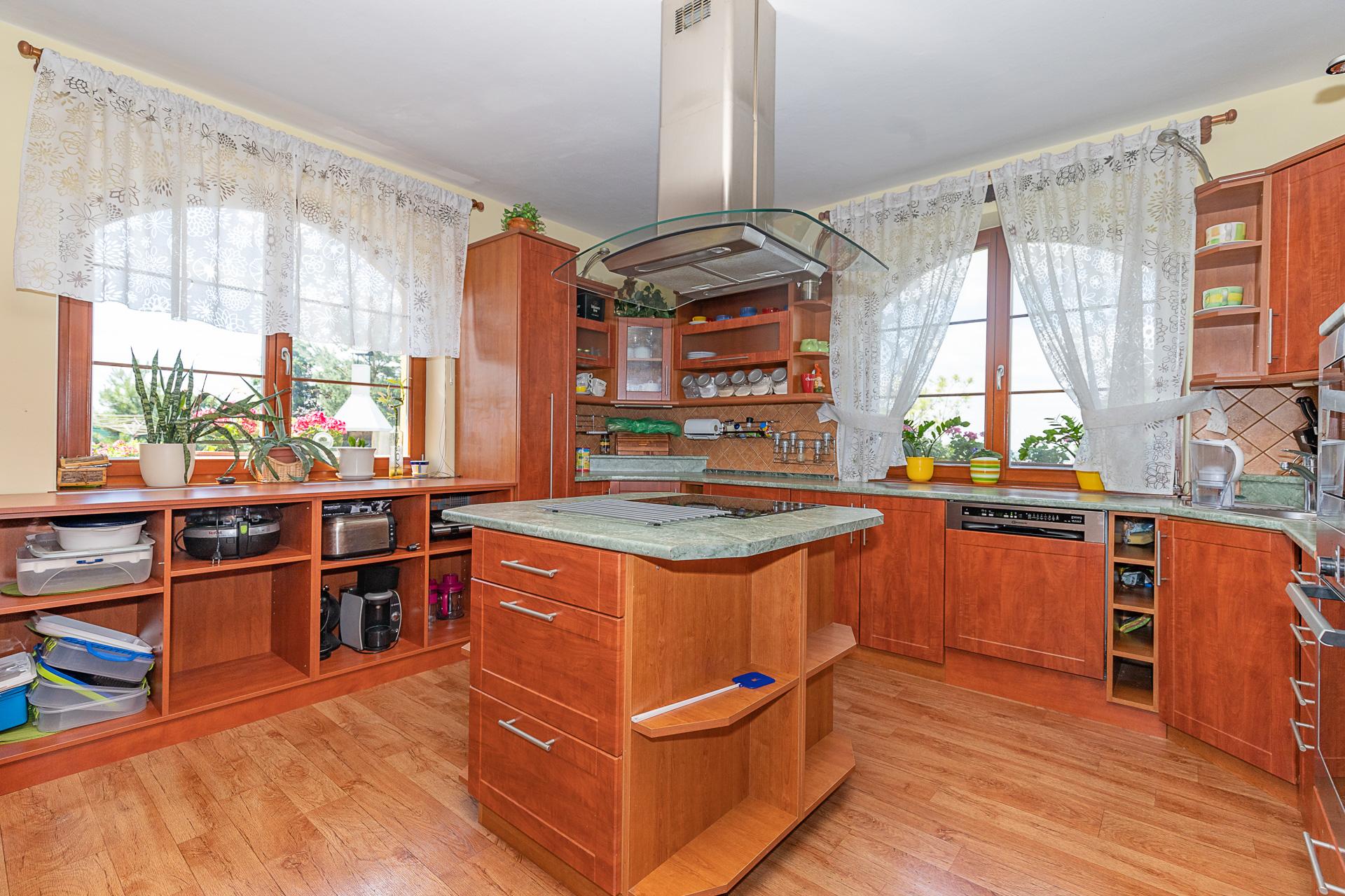 kuchyňský kout s ostrůvkem a okny