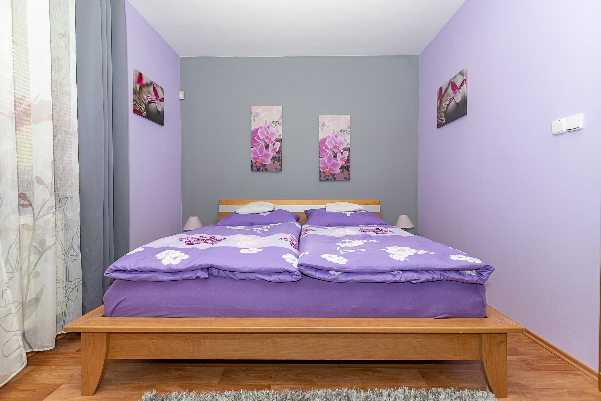 ložnice s dřevěnou postelí