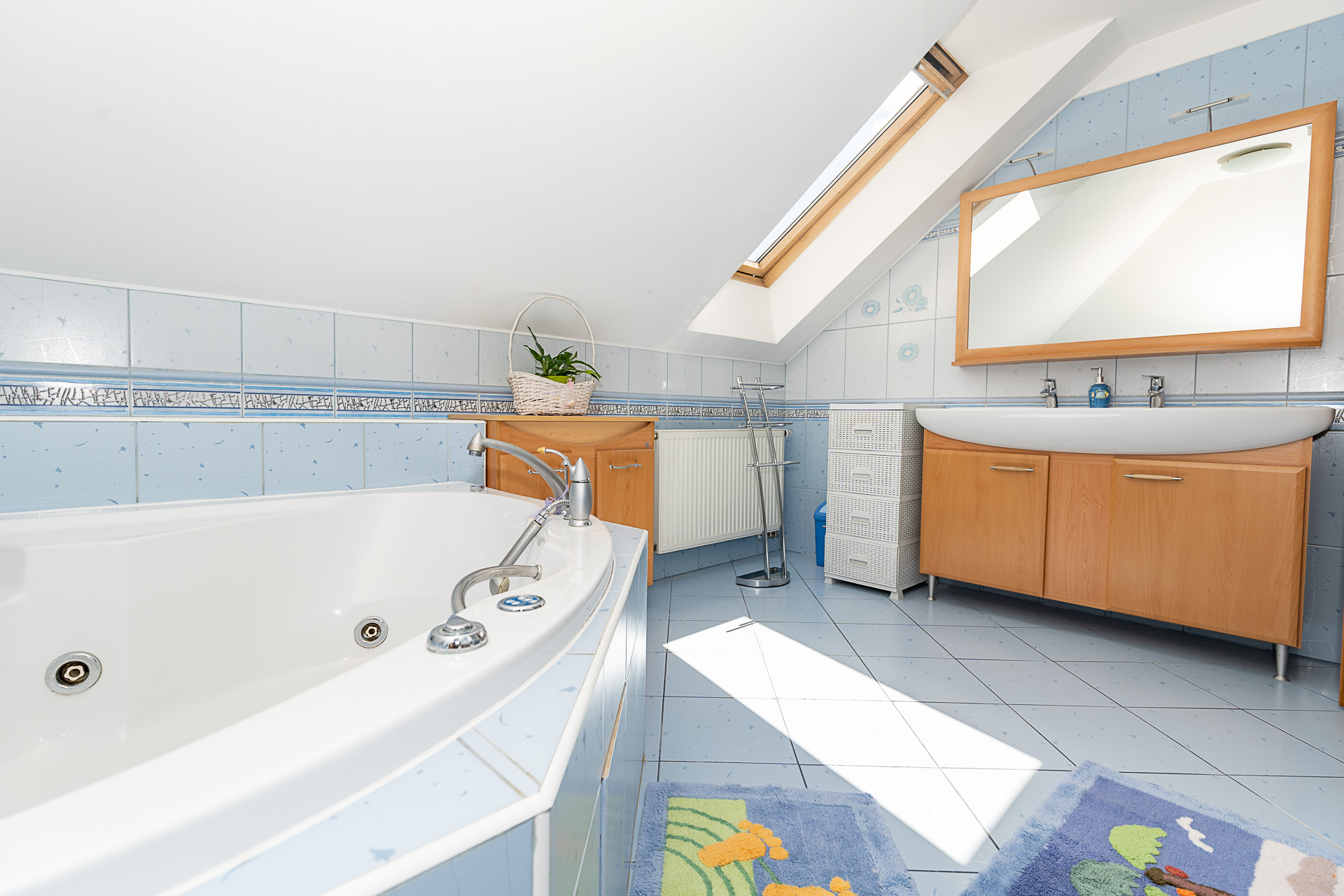 koupelna s vanou, velkým umyvadlem a zrcadlem