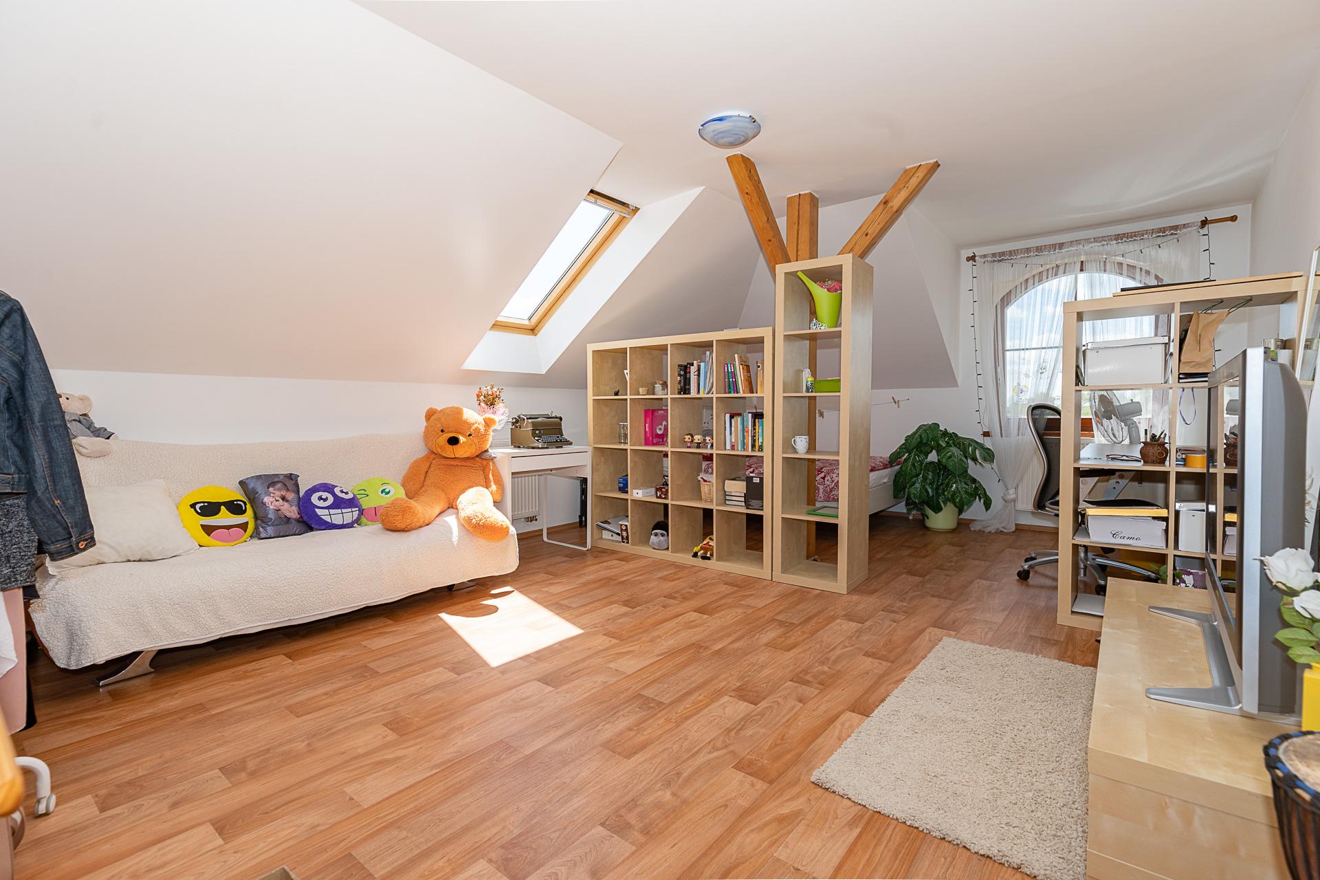 dětský pokoj, gauč s hračkami, nábytkem, TV a pracovním stolem
