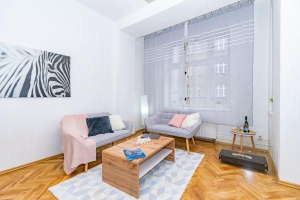 obývací pokoj s gauči, konferenčním stolkem a krbem