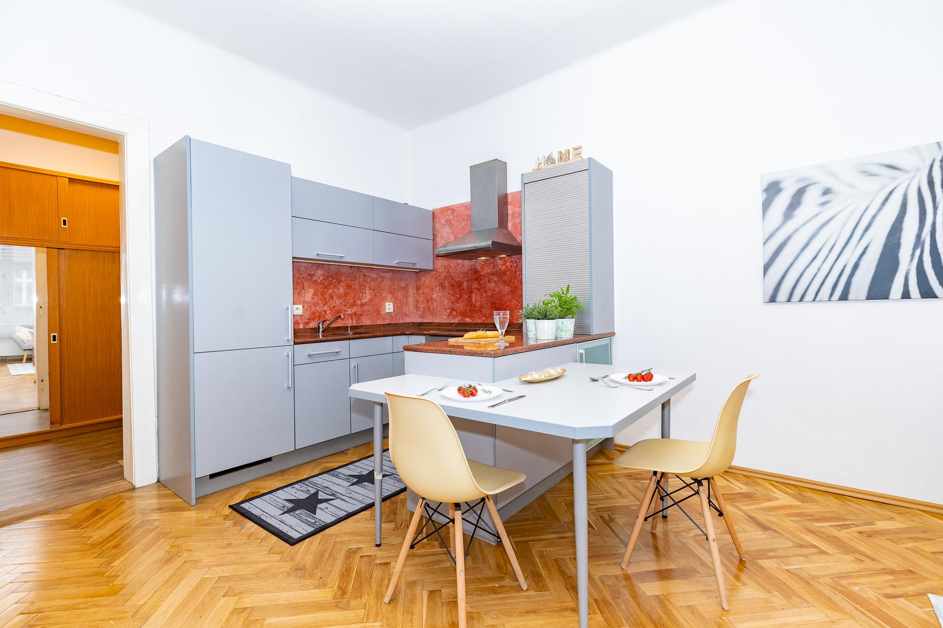 kuchyňský kout s jídelním stolem a dřevěnou podlahou