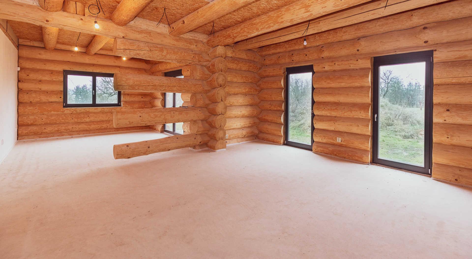 pohled na nedokončené spodní patro ve srubové stavbě