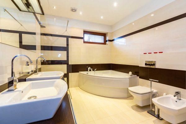 koupelna s rohovou vanou, toaletou sprchovým koutem, zrcadlem a bidetem