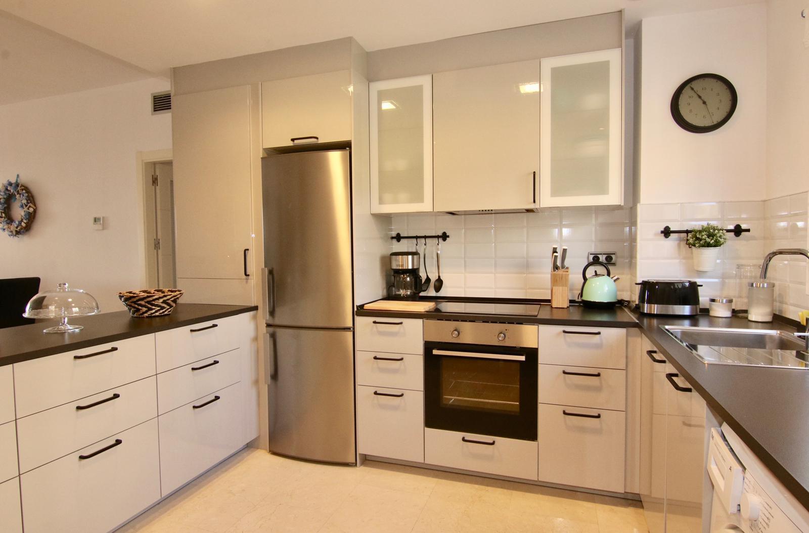 kuchyňský kout s kuchyňskou linkou lednicí a troubou