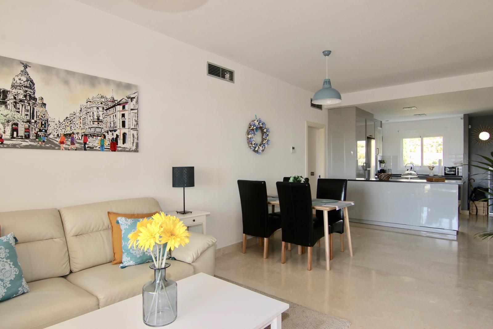 kuchyňký kout s obývacím koutem, gaučem, jídelním stolem a kuchyňkou linkou