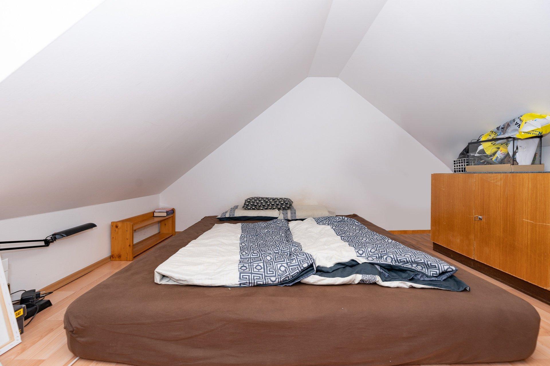 nízká ložnice s matrací a nábytkem