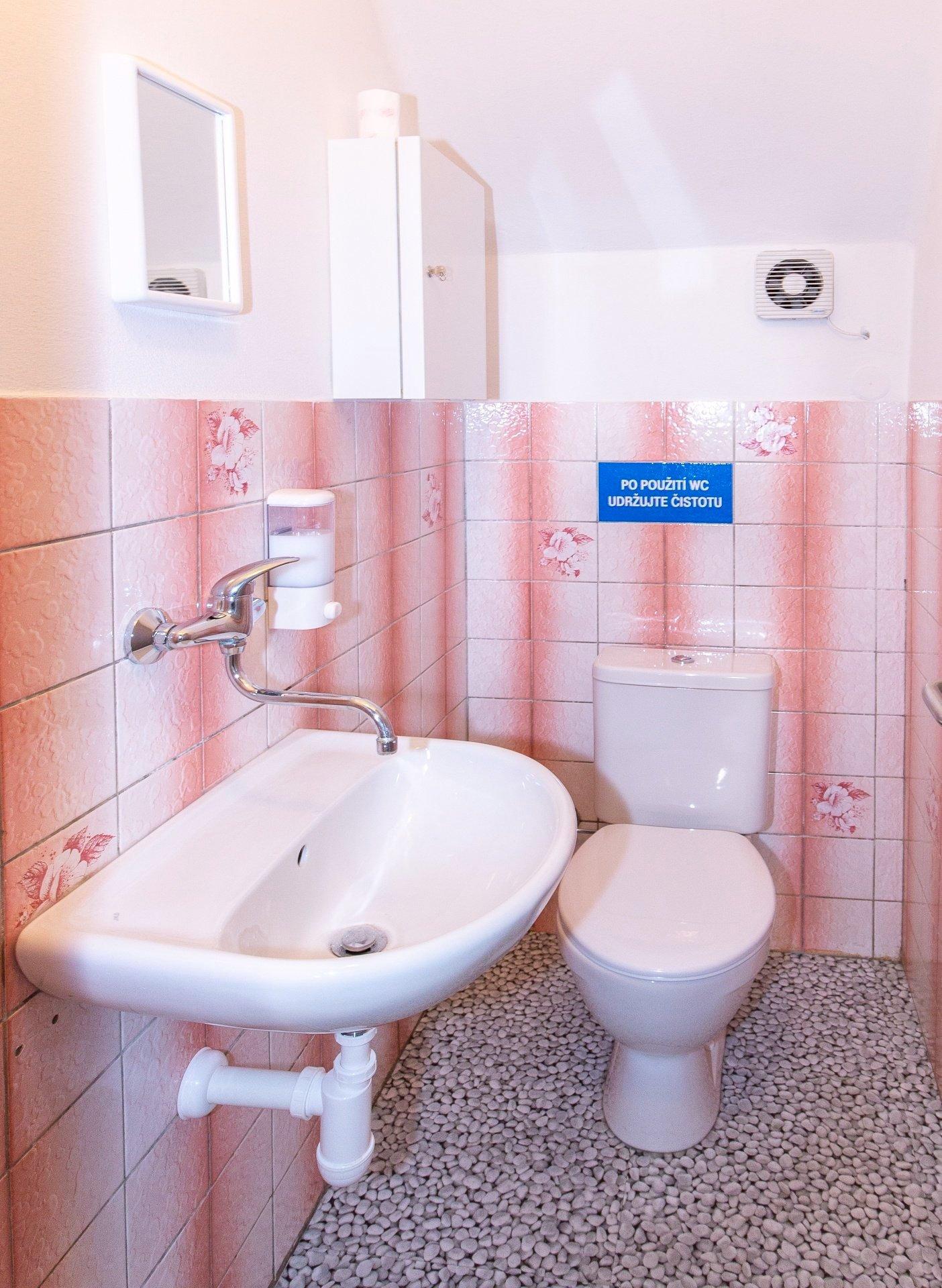 toaleta s WC a umyvadlem