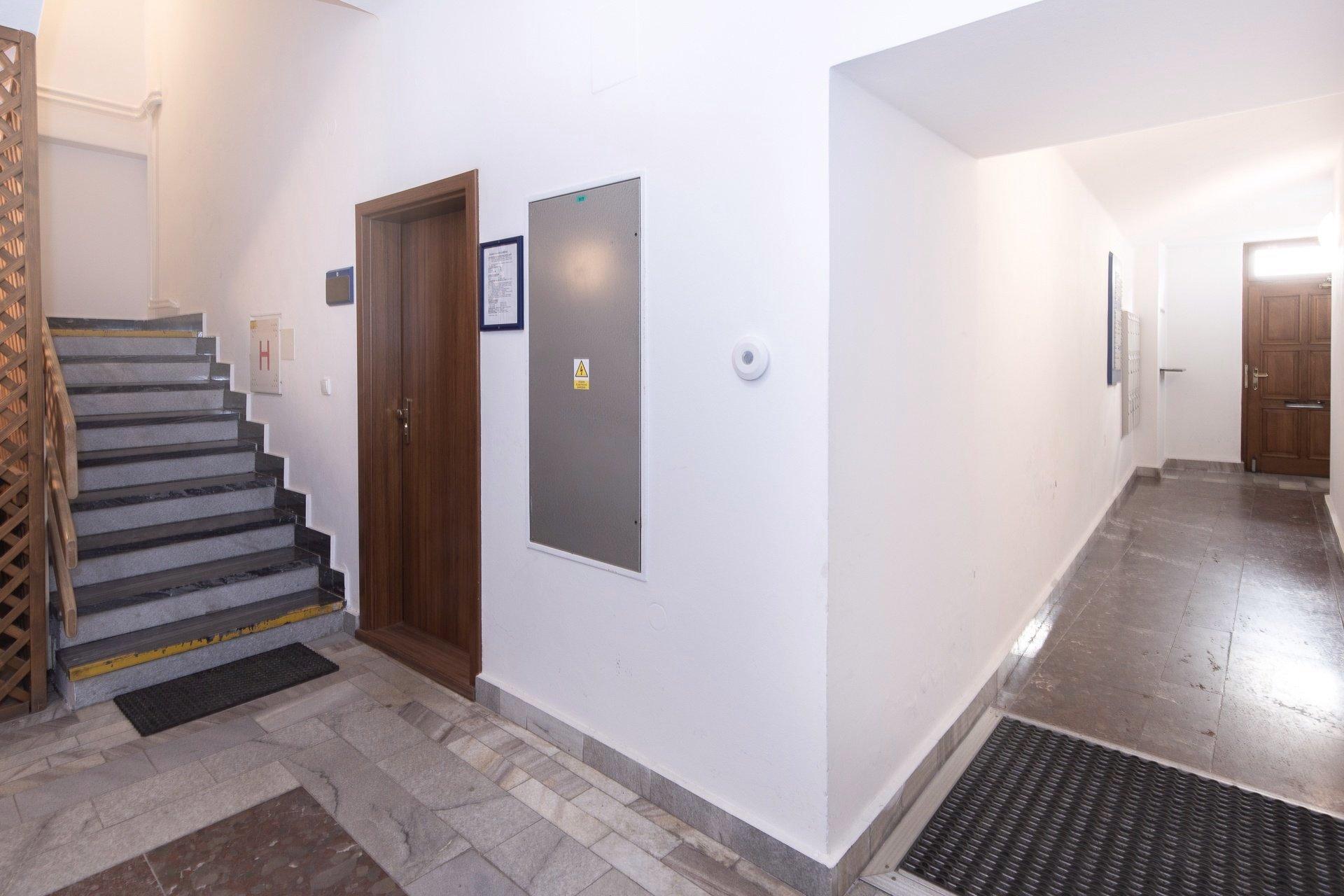 vstupní chodba - dveře, kamenná podlaha