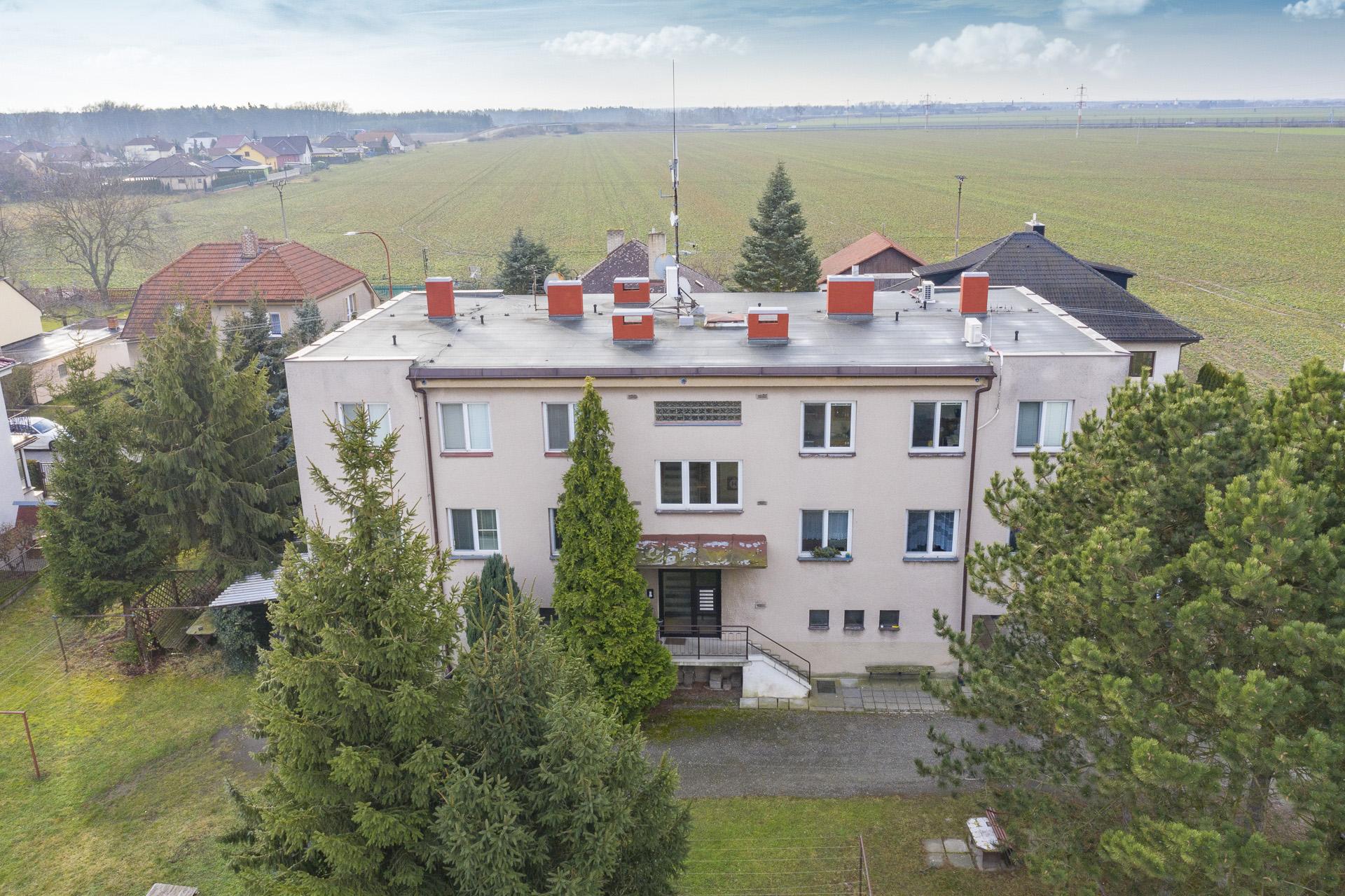pohled na bytový dům s dronu