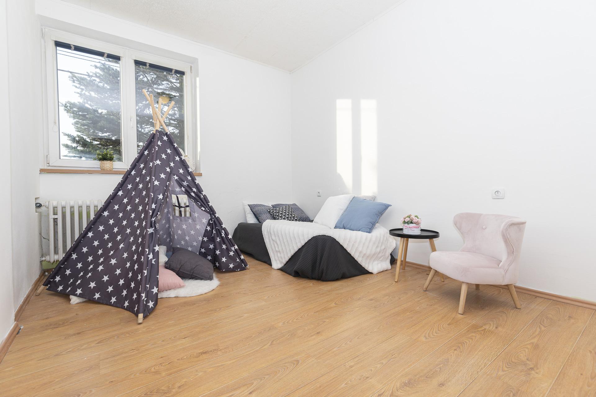 dětský pokoj s nábytkem, dětským stanem a oknem