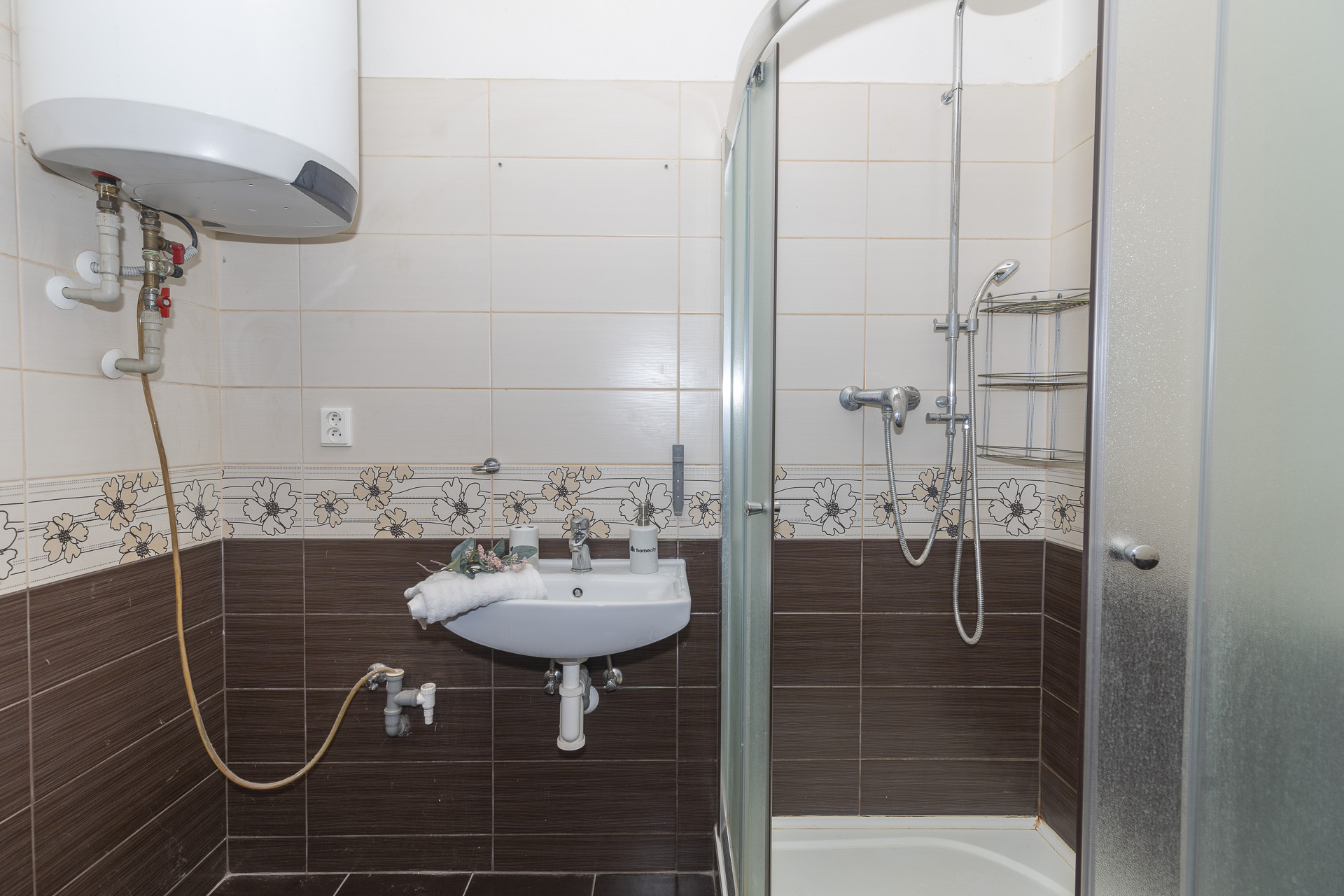 koupelna se sprchovým koutem a bojlerem