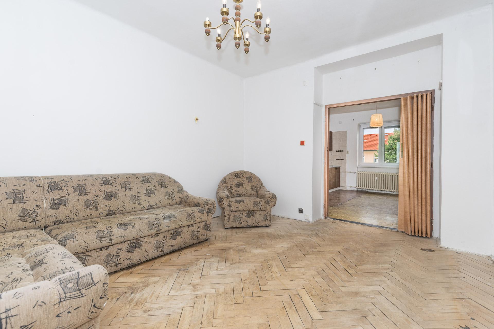 obývací pokoj s dřevěnou podlahou a gaučem