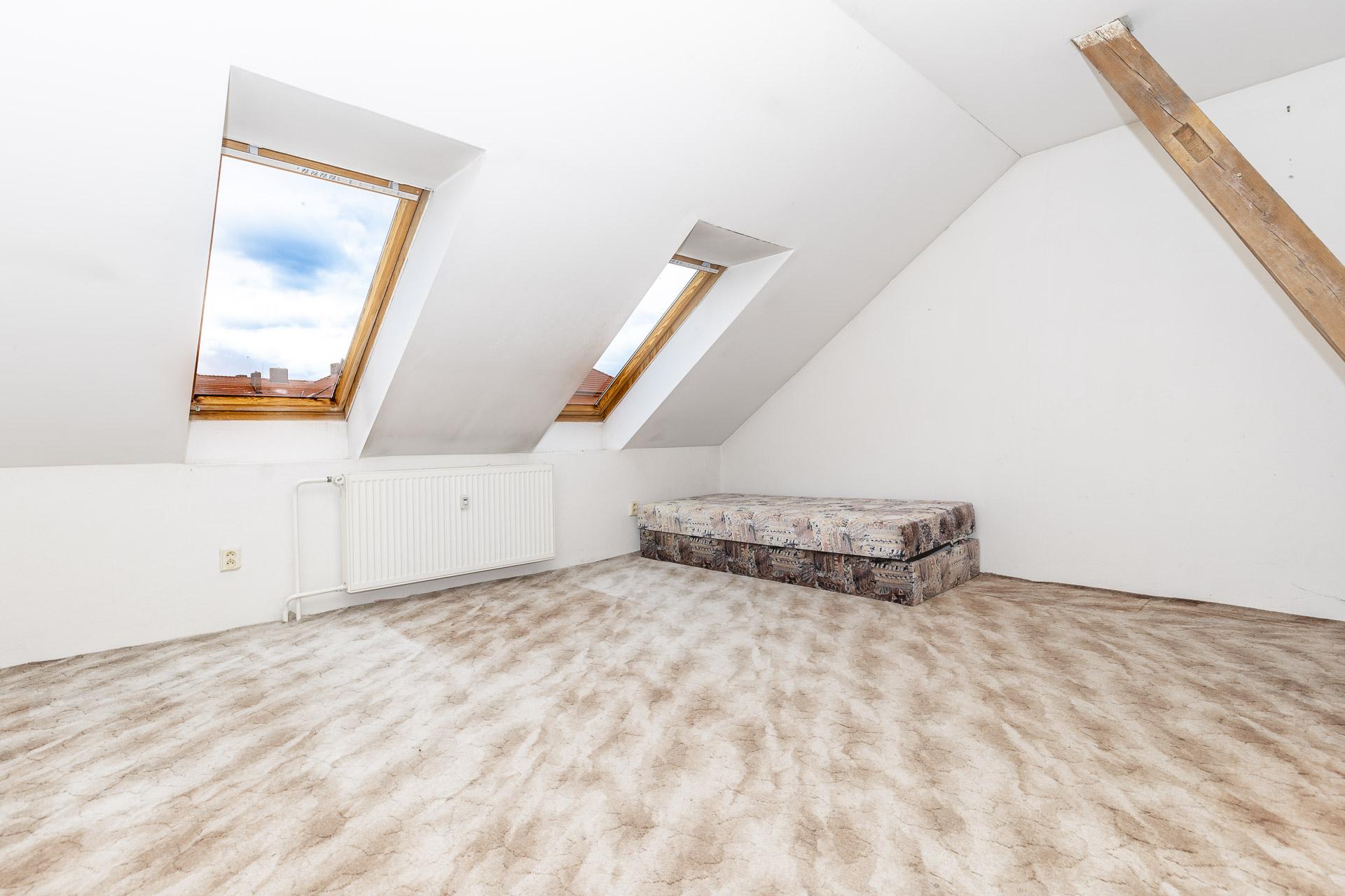 ložnice se střešním oknem