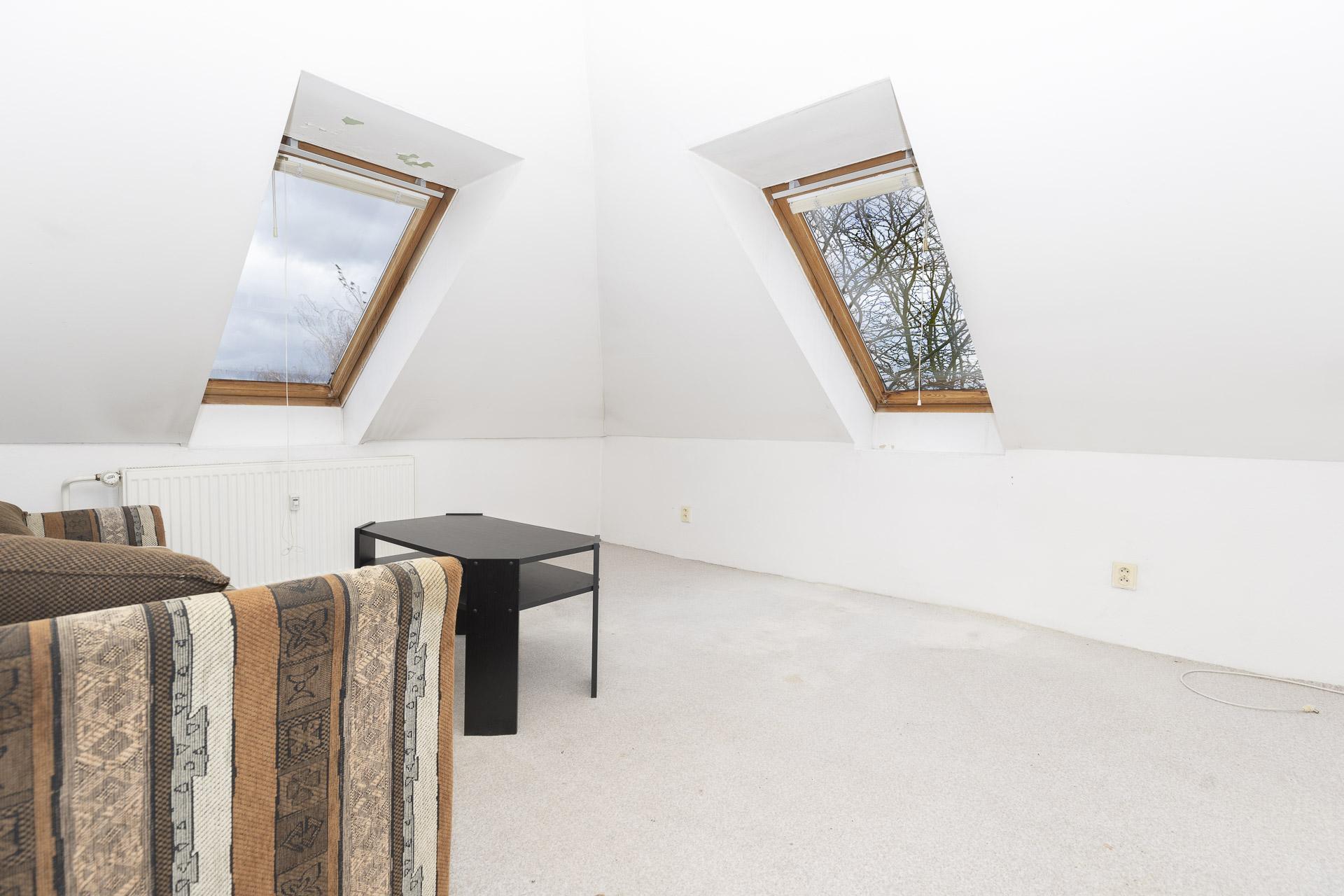 pokoj se střešním oknem