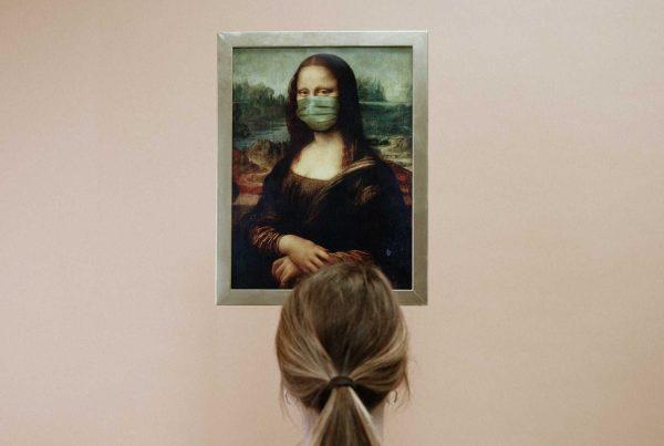 Mona Lisa s rouškou a na ni dívající se žena v bíém tričku