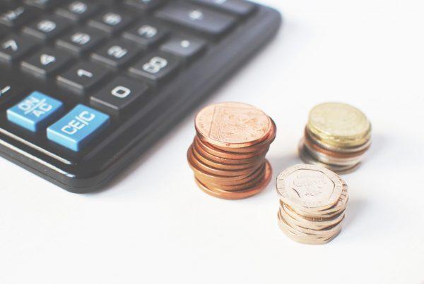 mince a kalkulačka na stole