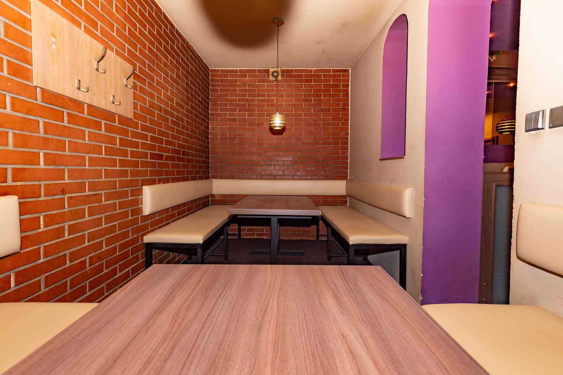 větší salonek s posezením komerčního prostoru Jana Palacha v Pardubicích