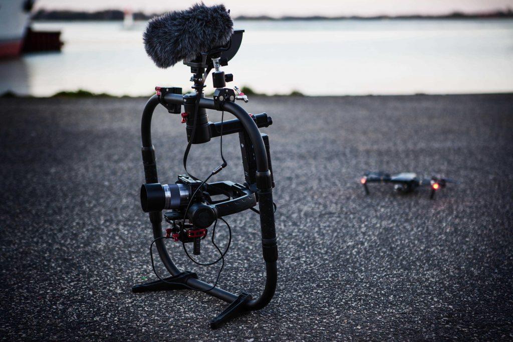 kamera s gimbalem a dronem na silnici