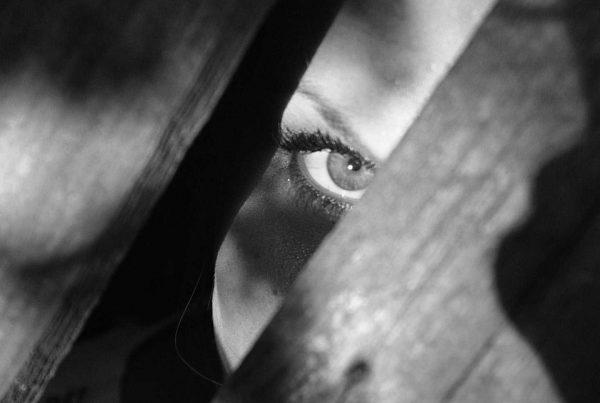 skrytá tvář za dřevěnou stěnou