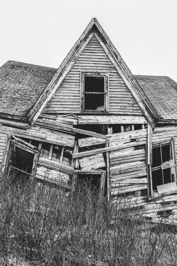 rozpadající se dřevěný dům